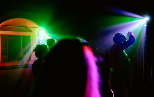 Lighting rentals in Orvieto for your wedding with the DJ. People dancing