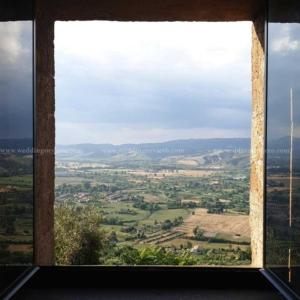 Finestra aperta con vista da Orvieto verso le colline dalla Domus Orvieto Wedding venue